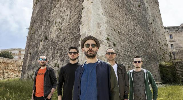 """I Crifiu, la band del Sud Salento dall'onda mediterranea che sa di ripartenza. Fuori """"Otranto"""", il singolo ispirato alla città simbolo di estate e fascino"""