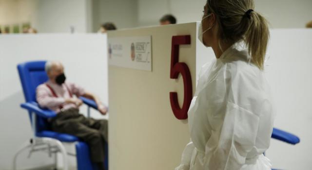 """Coronavirus, in arrivo un milione di dosi di vaccino Pfizer in più. Palazzo Chigi: """"Entro il 30 settembre campagna vaccinale completa"""""""