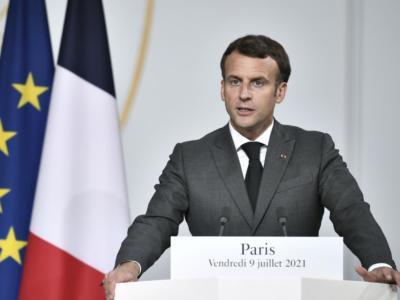 """Coronavirus, in Francia Macron annuncia l'obbligo del vaccino per medici e sanitari e del """"green pass"""" per entrare in bar e ristoranti e viaggiare"""