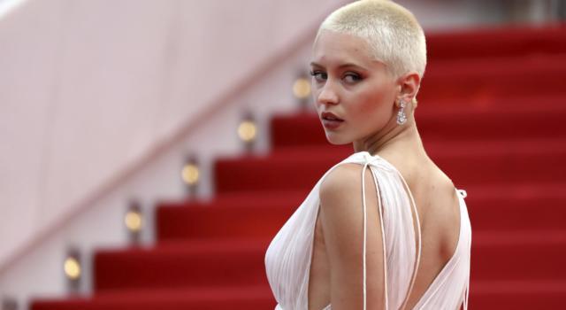 LA FABBRICA DEI SOGNI di Chiara Sani. Iris Law sfila sul red carpet del Festival di Cannes con la testa completamente rasata