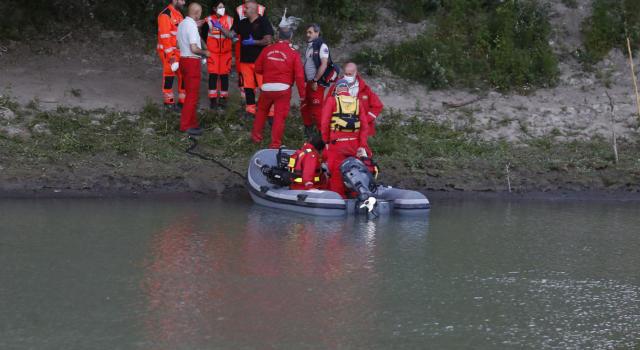 Si butta nel fiume e scompare, partono le ricerche del 25enne, poi la tragedia: trovato il suo cadavere, è affogato