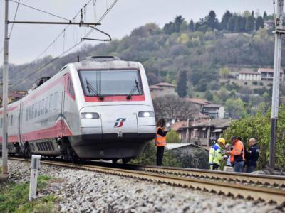 Tragedia a Roma, ragazzina 14enne attraversa i binari e viene uccisa dal treno davanti agli amici
