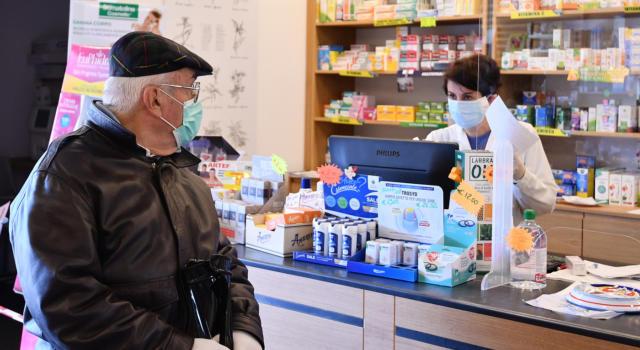 Padova, la farmacia si fa pagare 4 euro per stampare il green pass: è polemica
