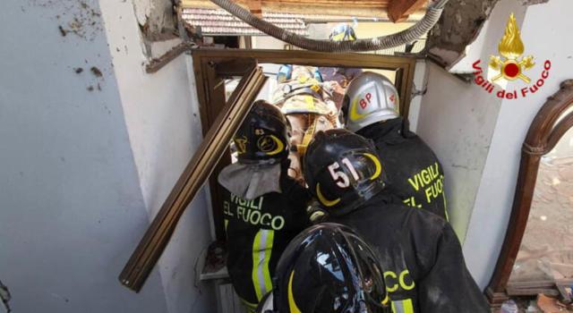 Tragedia a Torino, crolla una palazzina e muore schiacciato bimbo di 4 anni. Soccorritori al lavoro, estratte vive quattro persone
