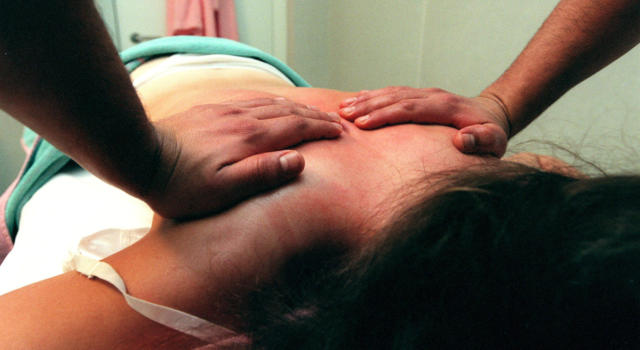 Prato, violenta rapina con mannaia da macellaio in centro massaggi abusivo