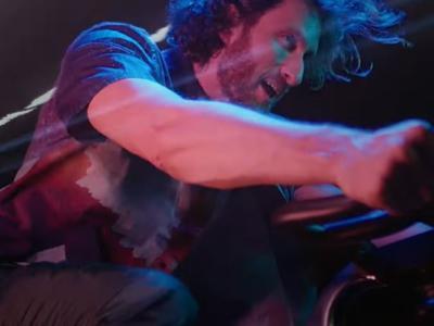 """Nicolas Bonazzi lancia il video della nuova """"La mia cyclette"""": una metafora profonda ispirata alle atmosfere 80s"""