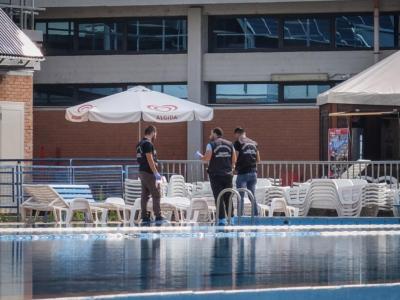 Gli amici le regalano un weekend in centro benessere e Chiara viene rinvenuta cadavere nella piscina