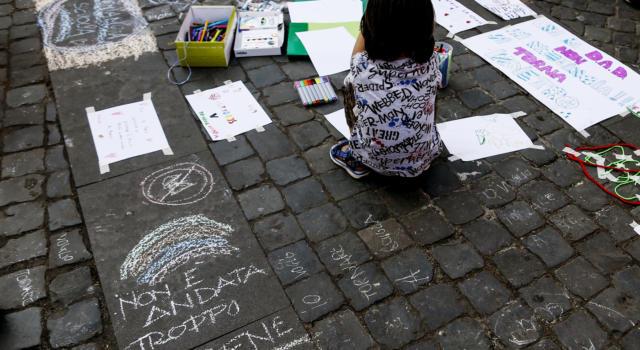 Latina, bagnino violenta ripetutamente bimba di otto anni, incastrato anche grazie alle foto che aveva scattato col cellulare