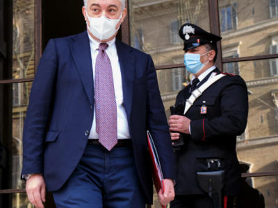 Inchiesta mascherine irregolari, interrogato l'ex commissario per l'emergenza Covid Domenico Arcuri