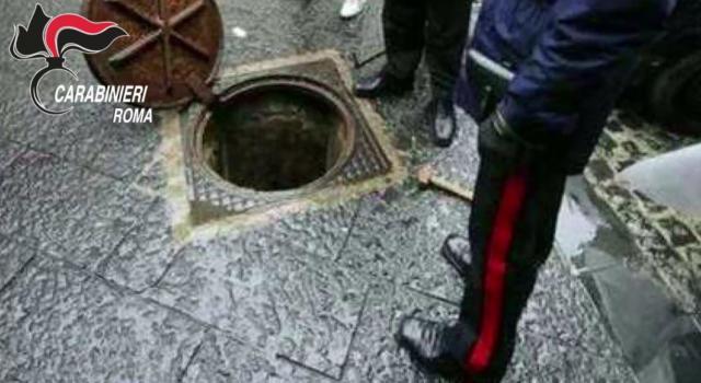 Giallo a Padova, trovato morto con mezzo busto infilato in un tombino e le gambe fuori sulla strada