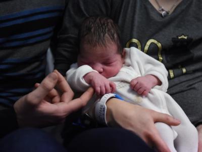 Venezia, spara ad una lepre, ma colpisce papà con neonato in braccio nel giardino di casa