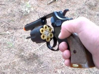 Bimbo di 2 anni prende la pistola del padre e spara alla madre in diretta su Zoom per una riunione di lavoro