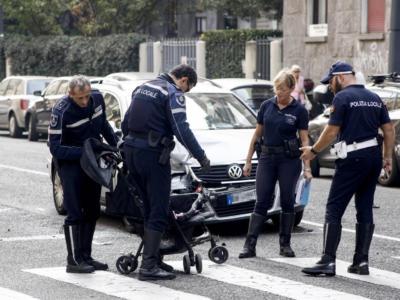 Torino, prof del liceo tenta di rapire una bambina di 9 mesi dal passeggino, salvato dal linciaggio dall'arrivo della polizia