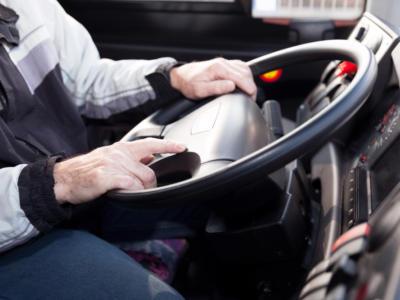 Camionista guida per 20 ore di seguito, multe per 27mila Euro