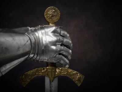 Israele, un sub recupera in mare la spada di un cavaliere crociato