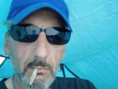 """Lodi, si suicida in diretta facebook: """"un'altra notte al freddo non la passo"""". Tragedia via web, Vittorio muore appeso a un albero"""